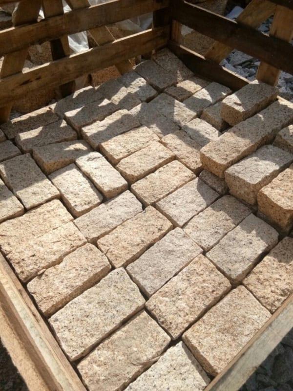 Đá cubic 20x10x10cm granite vàng Bình Định chẻ tay