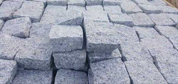 Đá cubic 10x10x8cm granite trắng Phù Mỹ chẻ tay