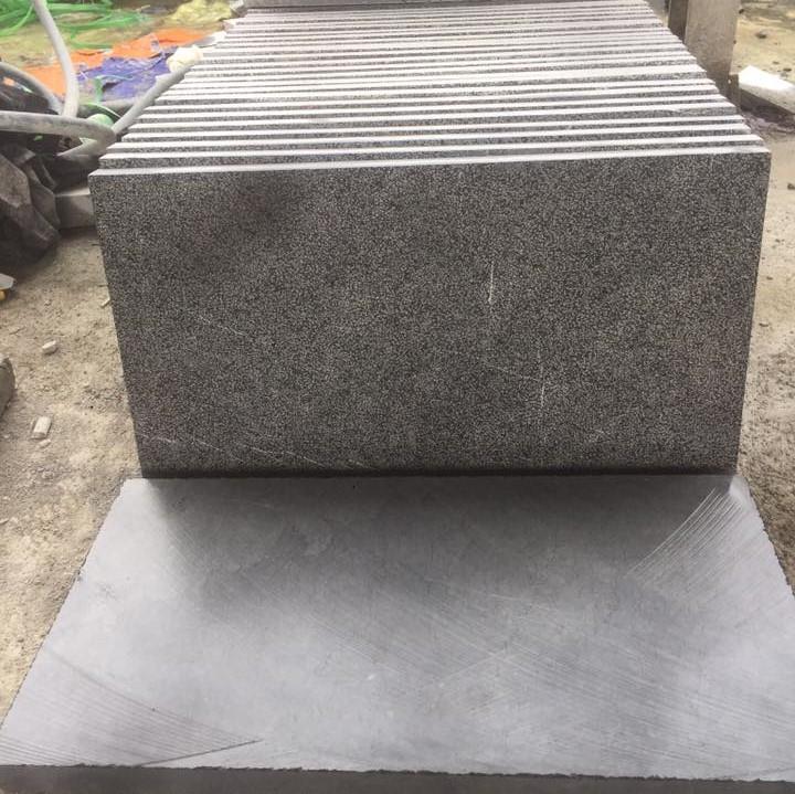 Đá xanh đen 30×60 dày 5cm băm toàn phần, chất lượng, mẫu mã đẹp