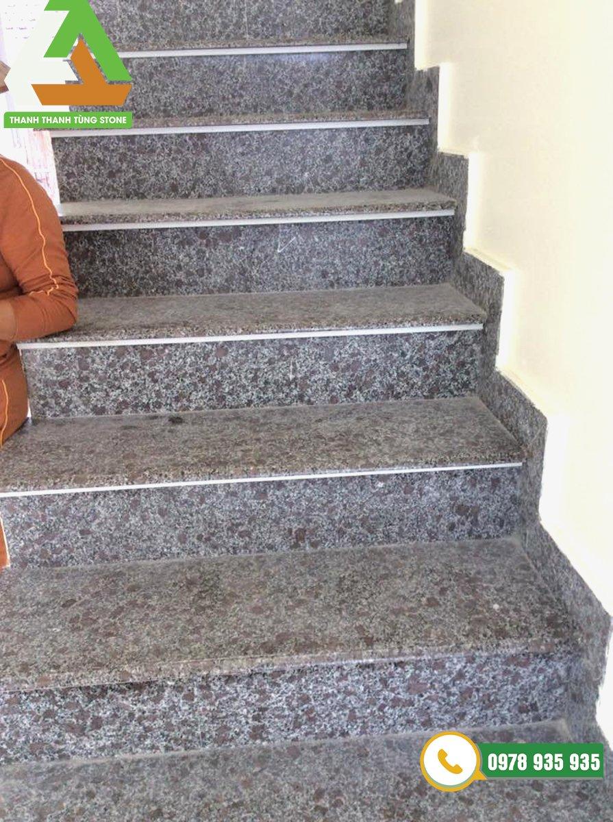 Đá granite tím hoa cà được lựa chọn nhiều để ốp cầu thang