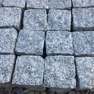 Đá cubic 20x20x10cm granite trắng Phù Mỹ chẻ tay