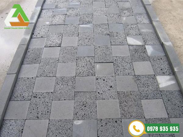Đá khò lửa tạo nhám granite trong thi công bề mặt sân